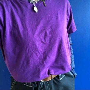 Säljer min långärmade marinblåa tröja, den har ett tryck på usas flaga på bröstet och som det står us army på men det syns inte om man har tröja över