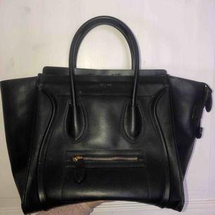 Fejk luggage handbag från Celine säljes! Nästintill oanvänd och i bra skikt!! För mer bilder/info skicka ett pm. Frakt ingår inte i priset!