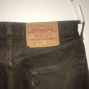 Snygga Levis jeans i en mörkt brun färg, är ganska små för att vara en storlek 30 i midjan! Är snygga att vika upp också. Frakt tillkommer