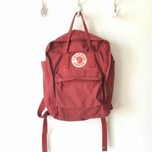 Säljer en röd ryggsäck från Fjällräven 💃🏼🎸🧨 Den är inte trasig någonstans men är dock ganska sliten i färgen på vissa ställen (se bild 2), men det får den bara att se lite vintage ut. Mötes upp i Stockholm/Bromma annars fraktar jag för 50 kronor!