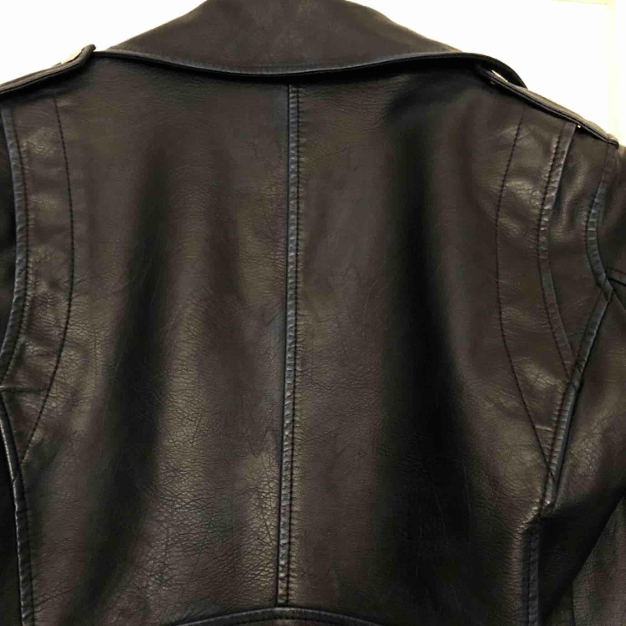 En snygg skinnjacka från MANGO i storlek XS. Den är väldigt mörkblå med metalldetaljer på kragen. Knappt använd då den är för liten för mig. . Jackor.