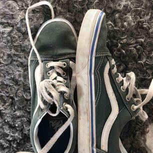 """VANS sneakers i mörkgrön med blå rand, modell """"old skool"""". Säljer pga använder inte längre. Strl 38."""