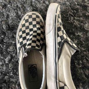 """Vans """"slip-on"""" i färg checkerboard. Lite slitna men fortf snygga och väldigt sköna. Strl 38."""