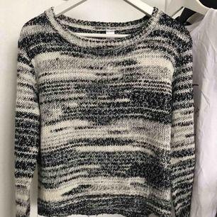 Svartvit skön stickad tröja. Betalning via Swish, kan frakta 💛