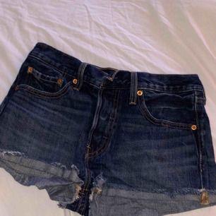 Ett par väldigt fina Levis shorts som är använde 1 gång. Ni ser riktiga färgen på sista bilden! Köparen står för frakt
