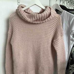 Ljusrosa stickad tröja med polokrage. Hur mysig och skön som helst!! Betalning via swish, kan frakta!