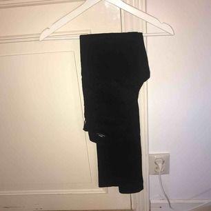 Ett par svarta oanvända Dr.Denim jeans köpta på Nelly.com dom passade inte mig och hann inte lämna tillbaka dom. Köpta för 399kr. Kan frakta om köparen står för frakten och pris kan diskuteras vid snabb affär