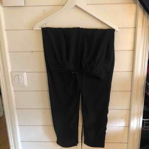Svarta kostymbyxor från zara med snören som man knyter i midjan. Använda 3 gånger! Väldigt fint skick