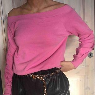 Rosa tröja i offshoulder modell, materialet liknar sweatshirt. Köpare står för frakt :)