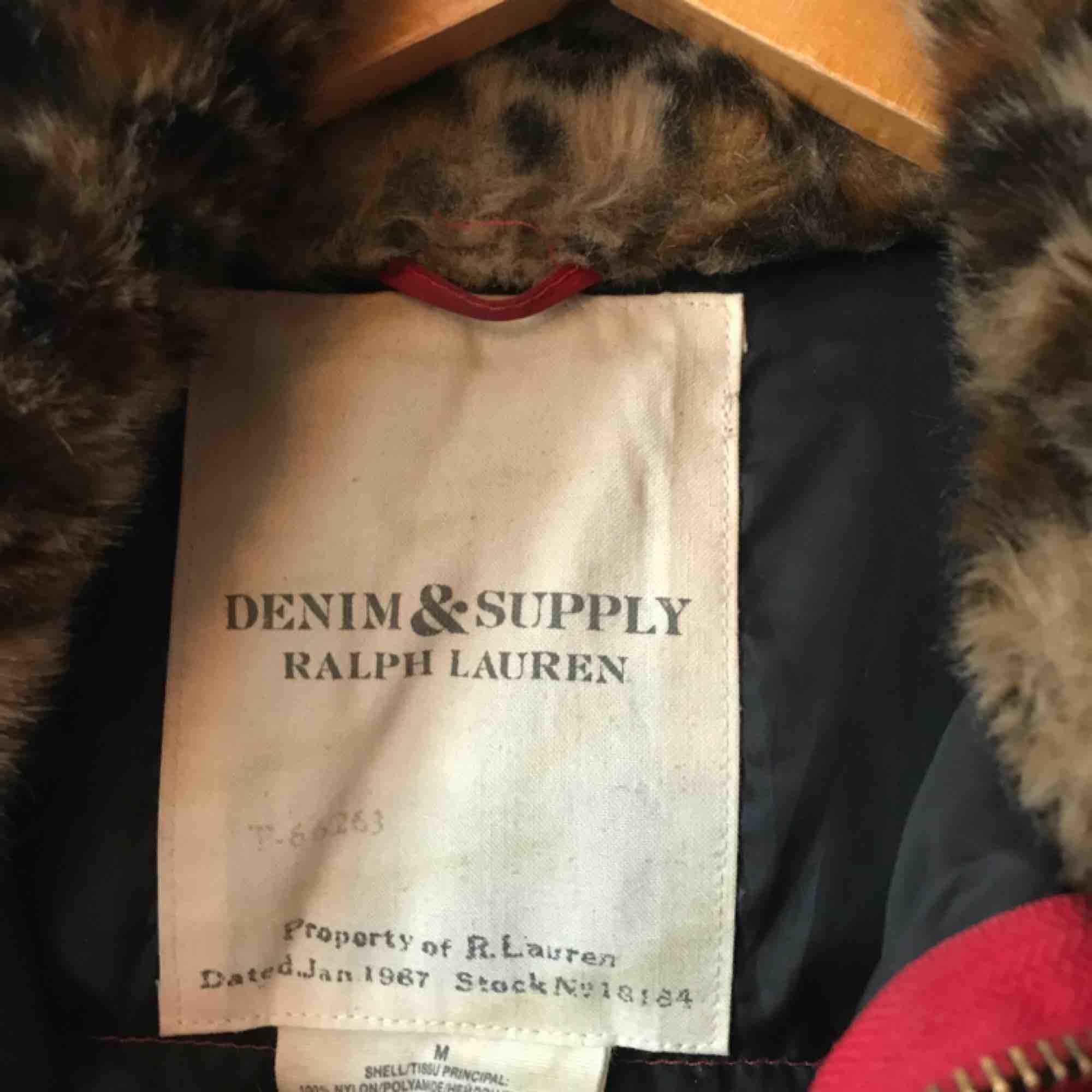 Ralph Lauren puffer storlek medium. Älskar passformen!! Lite smutsig men går nog bort i tvätten. Köparen står för frakt . Jackor.