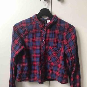 Croppad skjorta från H&M, fint skick. Kan skickas mot fraktkostnad