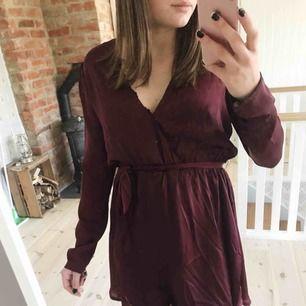 Jättefin silkesklänning i färgen vinröd. den kommer från nelly.com. Har använda klänningen en gång på en examen. nypris 300kr. Frakt tillkommer💓
