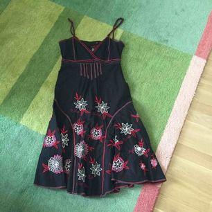 aba3bac276e3 Desigual fin klänning i svart med brodyr i rött, rosa, grått och vitt.