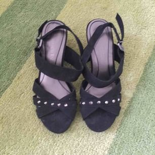 Vackra sandaletter i svart med bling. Knappt använda. Perfekta till sommarens fester. En sten saknas på ena skon.