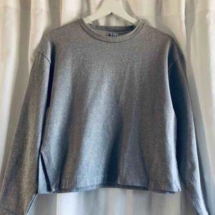 Silver glittrig sweatshirt från &otherstories. I fint skick!
