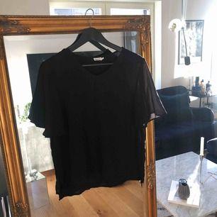 Märke: Filippa K Storlek: L Modell: Crepe V-Neck Blouse Färg: Svart Bröstvidd (cm): 108  Liten i storlek. Aldrig använd