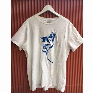 Oversized T-shirt från weekday säljs billigt. Köparen står för frakt