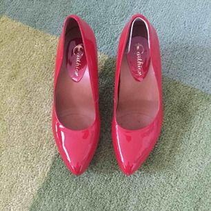 Vackra lackröda klackskor. Hälinlägg Irma skon som inte går att ta bort utan att lämna ett märke.