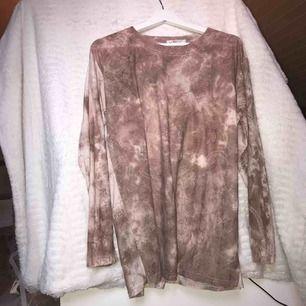 Blommig tröja med glitterdetaljer. Storlek L men fin som oversize också!