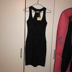 """en svart fest klänning i """"bondage"""" material, jätte snygg och aldrig använd!"""