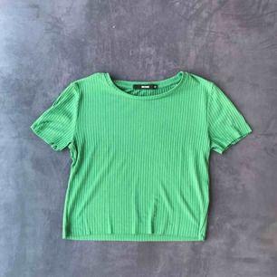 Grön topp från Bikbok i storlek XS. Lite i crop top stil.  Bra skick! Frakt 9kr och betalning görs via swish :)