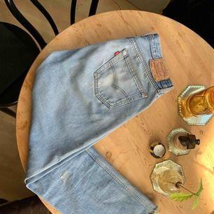 501 Levi's jeans, perfekt slitna. L: 32 ca. Passar strl 42/44. Hämtas i Stockholm city eller skickas mot fraktkostnad.