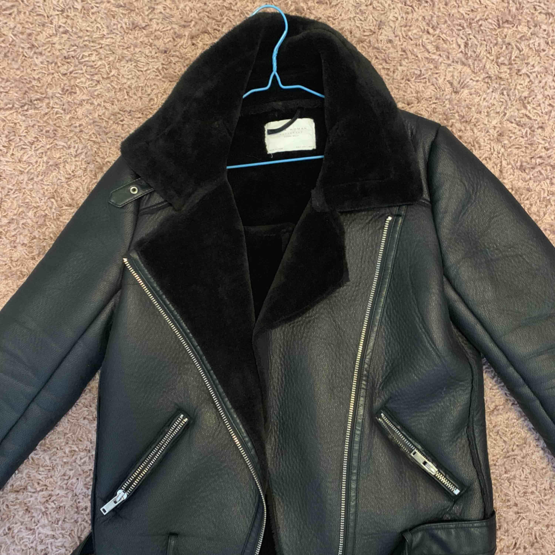 Svart Biker jacket från Zara i Storlek S. Jackor.