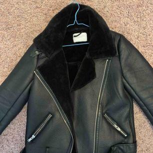 Svart Biker jacket från Zara i Storlek S