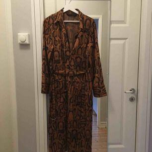 Superfin klänning i ormskinnnsmönster, jag har använt den som oversize fast jag är en M. 65 kr i frakt om du ej kan mötas upp i Gbg.