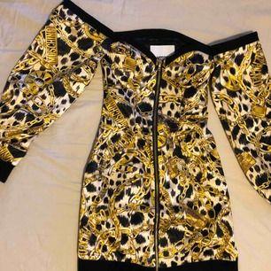 Oanvänd moschino tv x h&m off shoulder black / gold chains jeremy scott dress