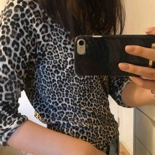 Super skön leopardmönstrad trekvarts tröja, storlek 38 men passar mig som vanligtvis har xs!