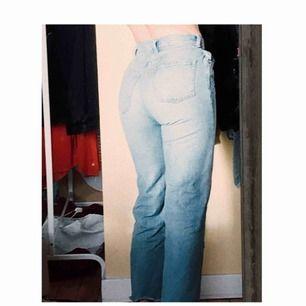 Super snygga jeans från Monki, är i modellen Yoko, men har sytt om dem så att de är raka istället för vida! Är använda några gånger men i väldigt bra skick fortfarande! Köpare betalar frakt💞