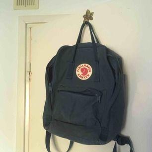 Säljer min kära mörkblå fjällräven ryggsäck för att jag behöver pengarna :( den är använd en del men är fortfarande i mycket gott skick. Kan mötas i Göteborg eller frakt på 79kr tillkommer. Pris kan diskuteras.