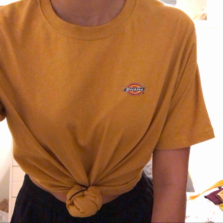 gul dickies tröja, knappt använd . T-shirts.