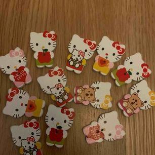 Hello- Kitty-knappar i olika motiv. Har många och säljer dem för 5kr/st. Säljer minst 4st🧚♀️