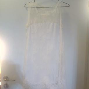 Studentklänning! Benvit A-formad spetsklänning från Ida Sjöstedt. Använd 2 ggr. Storlek small, men relativt stretchig och lös passform.