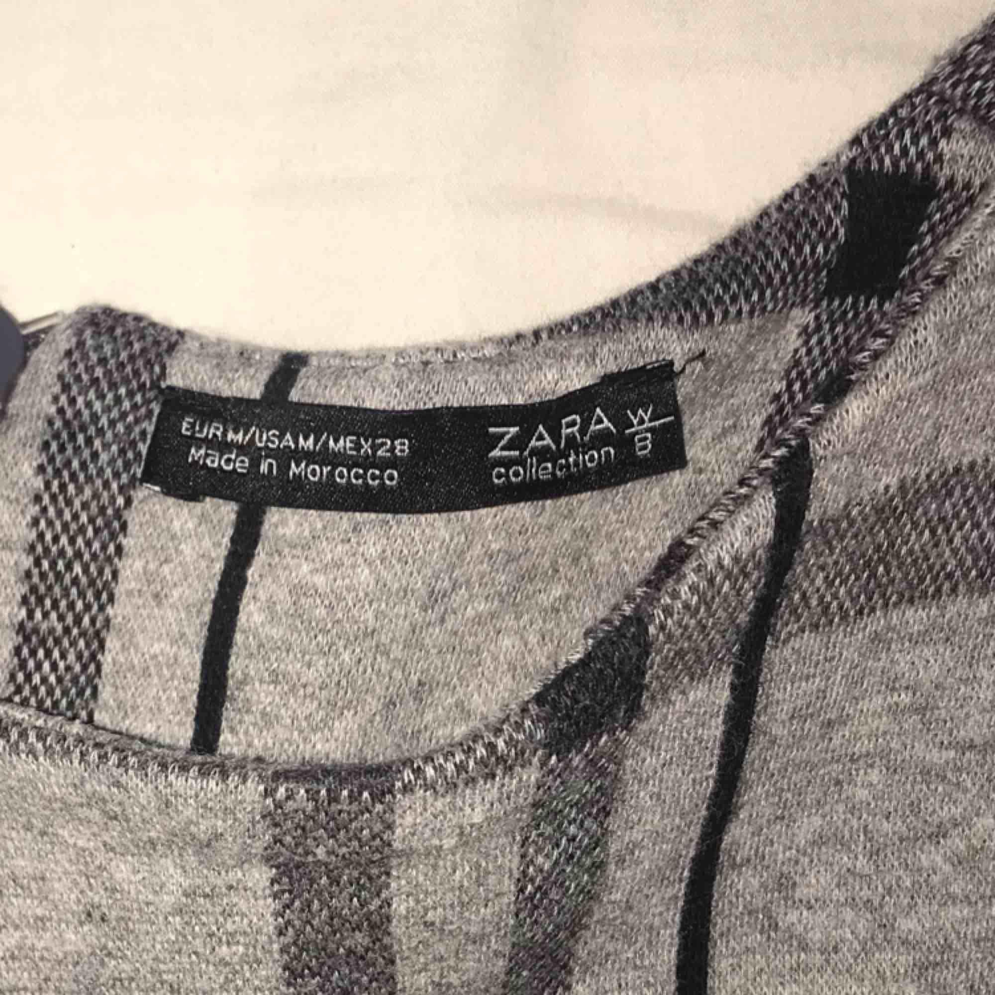 Kortkort klänning eller lång topp från Zara, på mig som har lång överkropp går den knappt över rumpan men med tights eller kjol under funkar det! Köpare står för frakt 🤠. Klänningar.