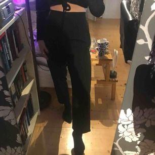 Kostymbyxor från h&m, nästan oanvända. Ganska stora i midjan och har resor bak så skulle säga att de passar en stor 38 eller en 40. Köpare står för frakt 👾