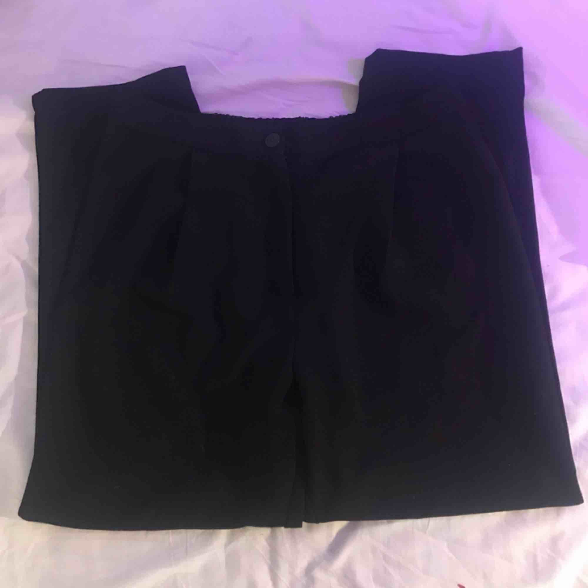 Kostymbyxor från h&m, nästan oanvända. Ganska stora i midjan och har resor bak så skulle säga att de passar en stor 38 eller en 40. Köpare står för frakt 👾. Jeans & Byxor.