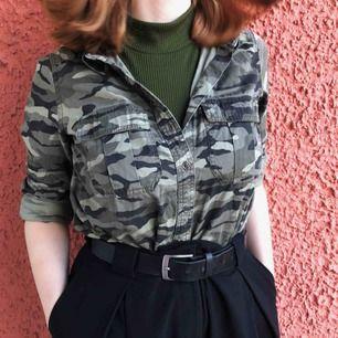 Cool militärskjorta!! Den behöver lite kärlek då den inte riktigt är min stil. Kan fraktas, betalning sker via Swish! ✨