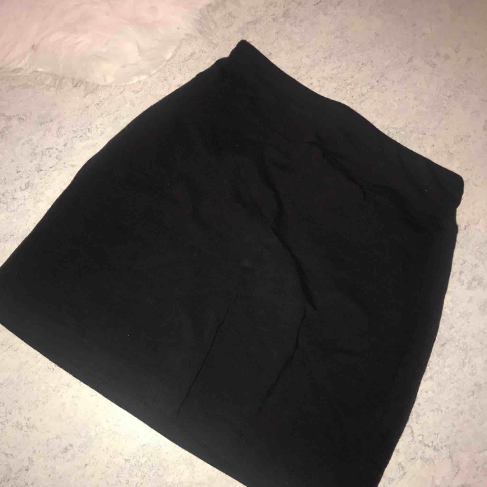 Basic svart tyg kjol . Kjolar.
