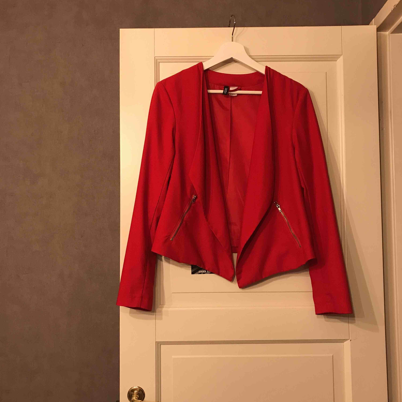 Fin röd kavaj. Aldrig använd . Kostymer.