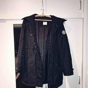 Jättevarm och go svart parkas-jacka från Vero Moda i strl S. Fluffigt faux fur på luvan och lite längre modell.