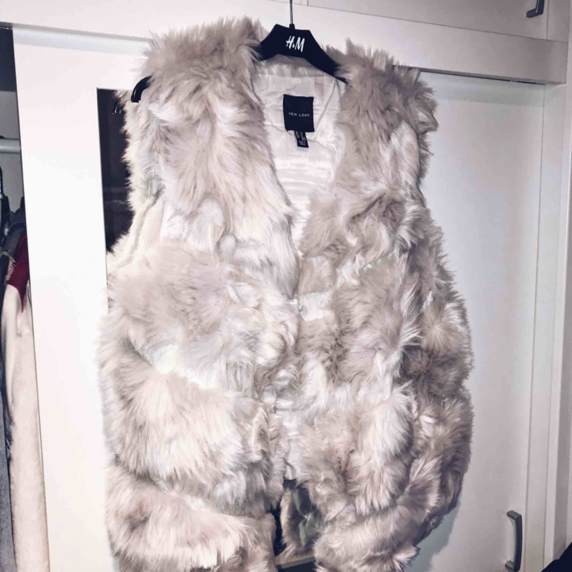 Fluffig och mysig ljusgrå väst i faux fur från Nelly.com. Strl M men passar mig som vanligtvis har XS/S. Knappt använd, superfint skick!. Övrigt.