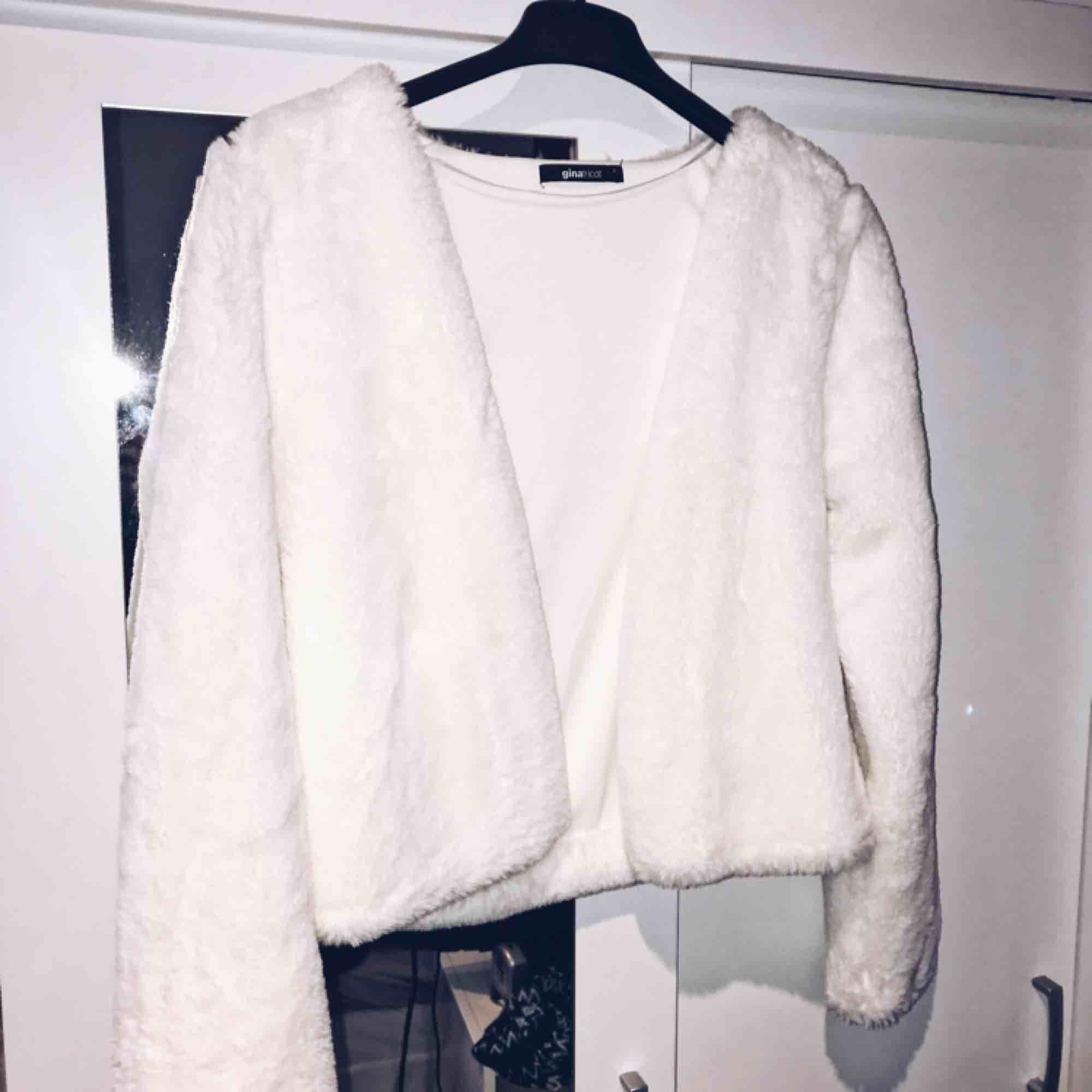 Mysig vit kofta/tunn jacka i jättemjuk faux fur-aktigt material. Strl S och inköpt på Gina Tricot, knappt använd.. Jackor.