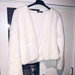 Mysig vit kofta/tunn jacka i jättemjuk faux fur-aktigt material. Strl S och inköpt på Gina Tricot, knappt använd.