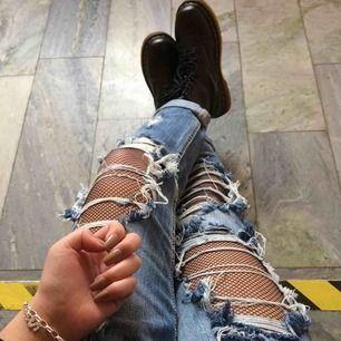 Feta boyfriend-jeans med en massa hål och slitningar. Lite högre i midjan, fler bilder kan fås vid förfrågan! Strl S, passar mig som är 160 cm, men brukar vika upp dem så de passar även de som är längre!
