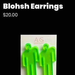 Söker dom här örhängena som är Billie Eilish merch vill veeeerkligen ha dom❤️