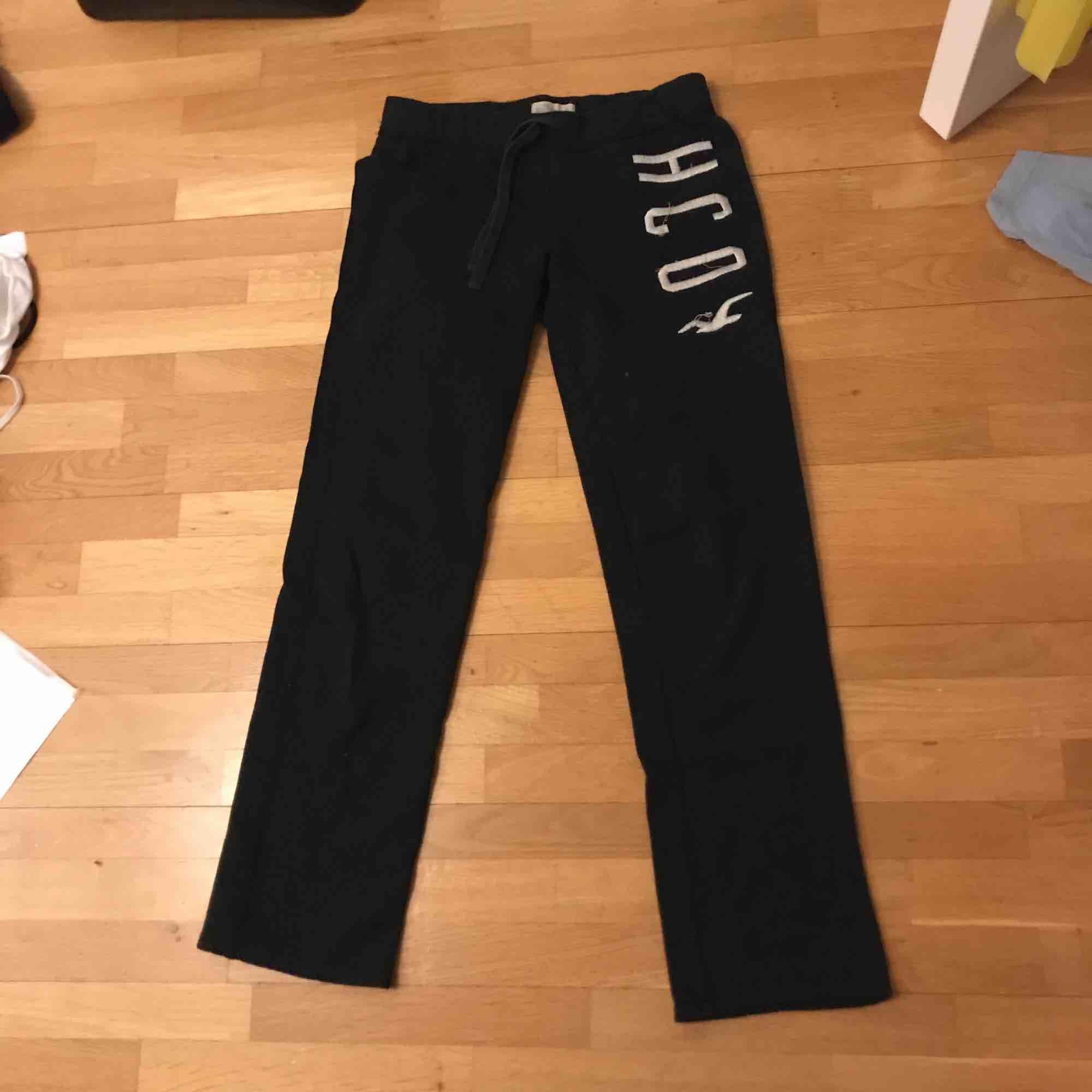 Fina och sköna mjukisbyxor från Hollister. Fint skick, säljer då de tyvärr har blivit försmå för mig. Raka i benen så lite utsvängda där nere.. Jeans & Byxor.