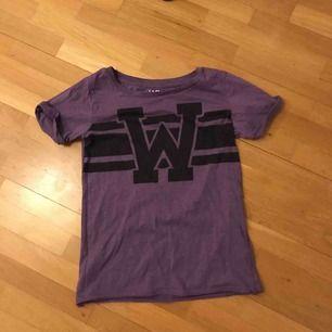 Lila tröja med tryck från WA Action Sports. Jättefint skick! Frakt kostar 55kr